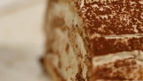 Morango cake Bolo curto da morango A parte de bolo de chocolate cremoso no coração deu forma à placa, coberta com o coração dado  Imagem de Stock Royalty Free