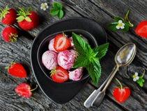 Morango caseiro do gelado Fotos de Stock Royalty Free