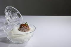 Morango coberta com o açúcar na bacia com açúcar Imagens de Stock
