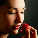 Morango de cheiro da mulher Fotografia de Stock
