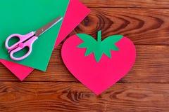 Morango de papel, folhas de papel, tesouras Imagem de Stock Royalty Free