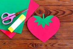A morango de papel, folhas de papel, tesouras, colagem - ajuste para a arte das crianças Fotos de Stock Royalty Free