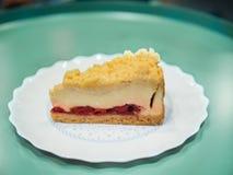 A morango desintegra a torta do bolo na placa branca foto de stock royalty free