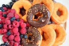 Morango do alimento das bagas do fruto dos produtos da padaria das framboesas dos anéis de espuma foto de stock royalty free