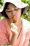 Morango do beijo da mulher Fotos de Stock