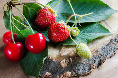 Morango e cerejas orgânicas maduras frescas no fundo de madeira Estilo rústico Fotografia de Stock
