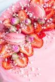 Morango e decoração cor-de-rosa do bolo dos bolinhos de amêndoa imagens de stock royalty free