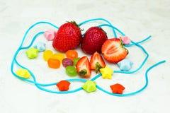 Morango e doces dentro do círculo da corda Imagens de Stock