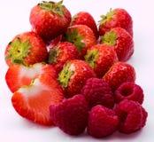 Morango e framboesas vermelhas no fundo branco Foto de Stock Royalty Free