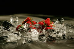 Morango e gelo Imagens de Stock Royalty Free