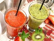 Morango e Kiwi Cocktail Smoothie imagem de stock royalty free