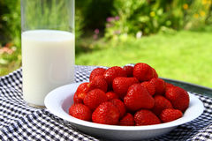 Morango e leite foto de stock royalty free