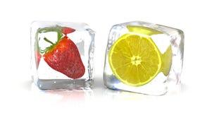 Morango e um limão em cubos de gelo Fotografia de Stock Royalty Free