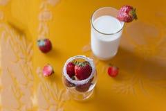 Morango em um vidro do café da manhã do leite Imagens de Stock