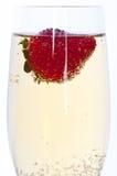 Morango fresca no vidro do champanhe fotos de stock