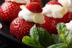 Morango madura deliciosa enchida com chantiliy e amêndoa Imagens de Stock