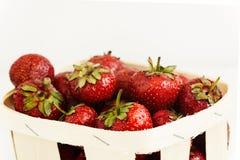 Morango madura deliciosa na cesta de madeira isolada no CCB branco Imagens de Stock Royalty Free