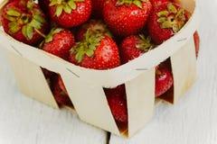 Morango madura deliciosa na cesta de madeira no CCB branco Imagem de Stock Royalty Free