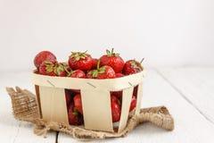 Morango madura deliciosa na cesta de madeira no CCB branco Imagens de Stock