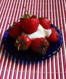 Morango no prato azul foto de stock