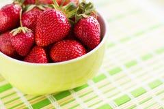 Morango perfeita madura fresca na placa Fotografia de Stock