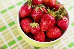 Morango perfeita madura fresca na placa Fotos de Stock