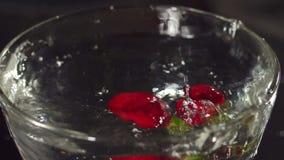 Morango que cai em uma bacia com água, mo lento filme