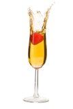 Morango que espirra em Champagne Imagens de Stock