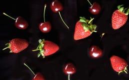 Morango, teste padrão do fruto da cereja no fundo preto Imagens de Stock
