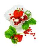 A morango vermelha frutifica com as folhas verdes isoladas sobre Fotografia de Stock Royalty Free