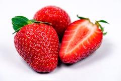 Morango vermelha madura doce no fundo branco imagem de stock