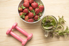Morangos com chá da hortelã e pesos cor-de-rosa pequenos Fotografia de Stock Royalty Free