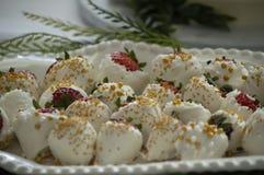Morangos com cobertura em chocolate brancas imagens de stock royalty free