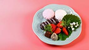 Morangos com cobertura em chocolate gourmet para o dia do ` s do Valentim, em uma placa isolada em um fundo cor-de-rosa Copie o e fotografia de stock royalty free