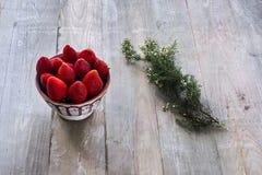 Morangos com tomilho Foto de Stock Royalty Free