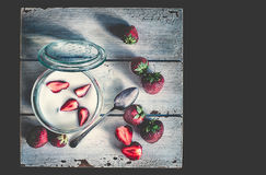 Morangos cortadas e inteiras frescas vermelhas Imagem de Stock Royalty Free