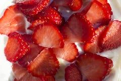 Morangos cortadas no iogurte grego foto de stock royalty free