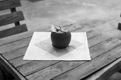 Morangos da caixa do tecido no mercado Fotografia de Stock