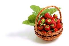 Morangos doces frescas na cesta, isolada no branco Fotografia de Stock