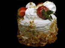 Morangos e bolo de aniversário de creme da baunilha Imagem de Stock Royalty Free