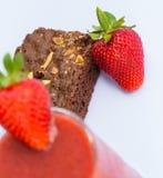 Morangos e Brownie Indicates Juicy Afters And frutados fotos de stock