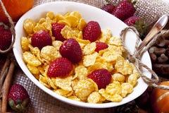 Morangos e café da manhã dos cereais imagem de stock royalty free