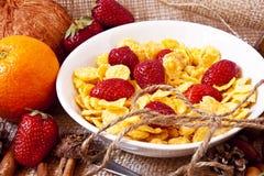 Morangos e café da manhã dos cereais foto de stock royalty free
