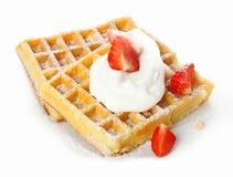 Morangos e creme em um waffle Imagem de Stock