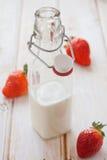 Morangos e frasco de leite Fotos de Stock