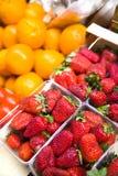Morangos e laranjas foto de stock royalty free