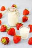 Morangos e leite Foto de Stock