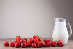 Morangos e leite Imagem de Stock Royalty Free