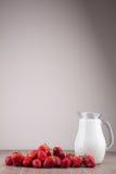 Morangos e leite Fotografia de Stock