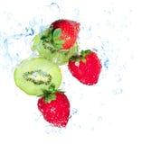 Morangos e respingo da água do quivi Imagens de Stock Royalty Free